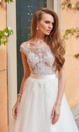 Многослойное свадебное платье с портретным лифом и широкими бретелями.