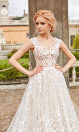 Многослойное свадебное платье с белым кружевом и пудровой подкладкой.