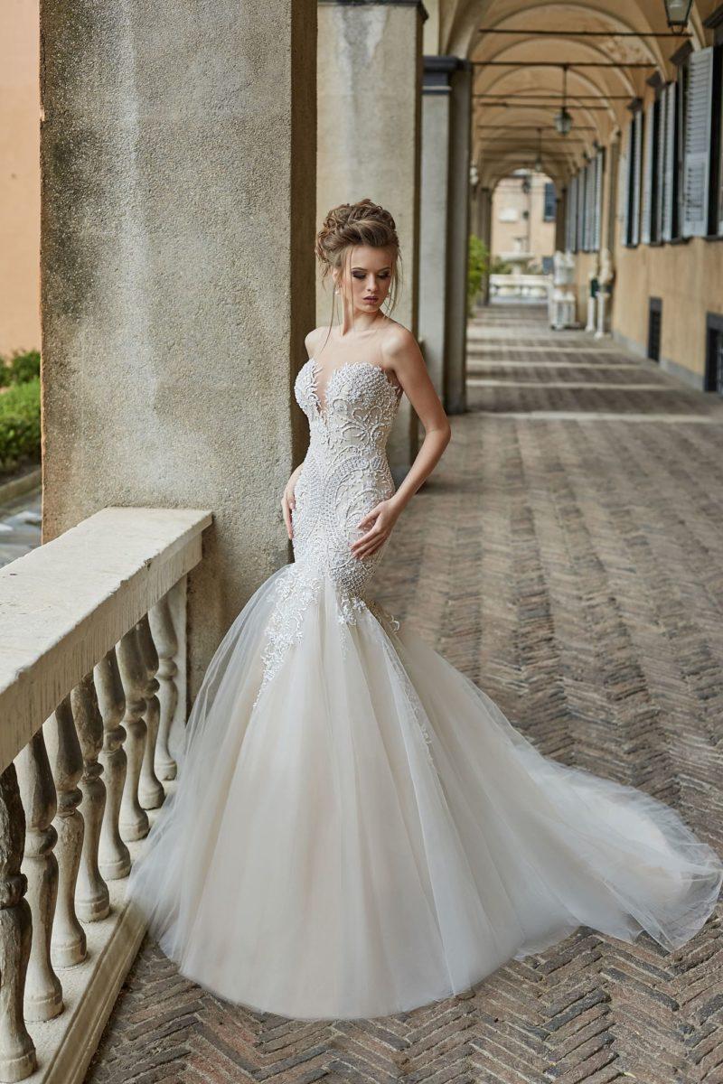 Свадебное платье «русалка» с открытым лифом и фактурным декором.