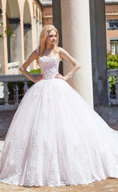 Торжественное свадебное платье с кружевным лифом на узких бретелях.