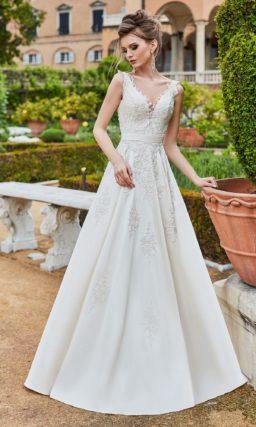 Свадебное платье с классическим силуэтом и бантом на спинке.