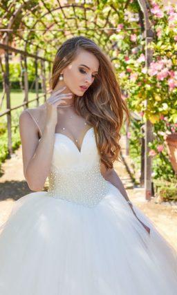 Пышное свадебное платье с крупной бисерной отделкой на талии.