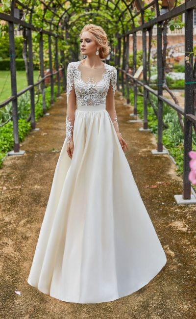 Атласное свадебное платье с кружевным верхом и бантом на спинке.