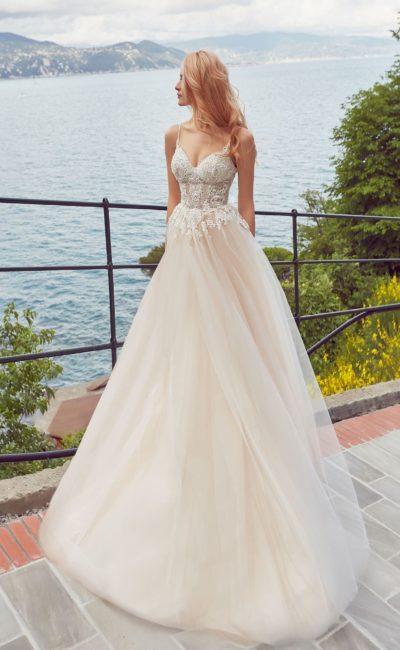 Пудровое свадебное платье с открытым лифом и романтичным шлейфом.