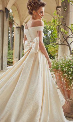 Свадебное платье цвета айвори с портретным вырезом декольте.