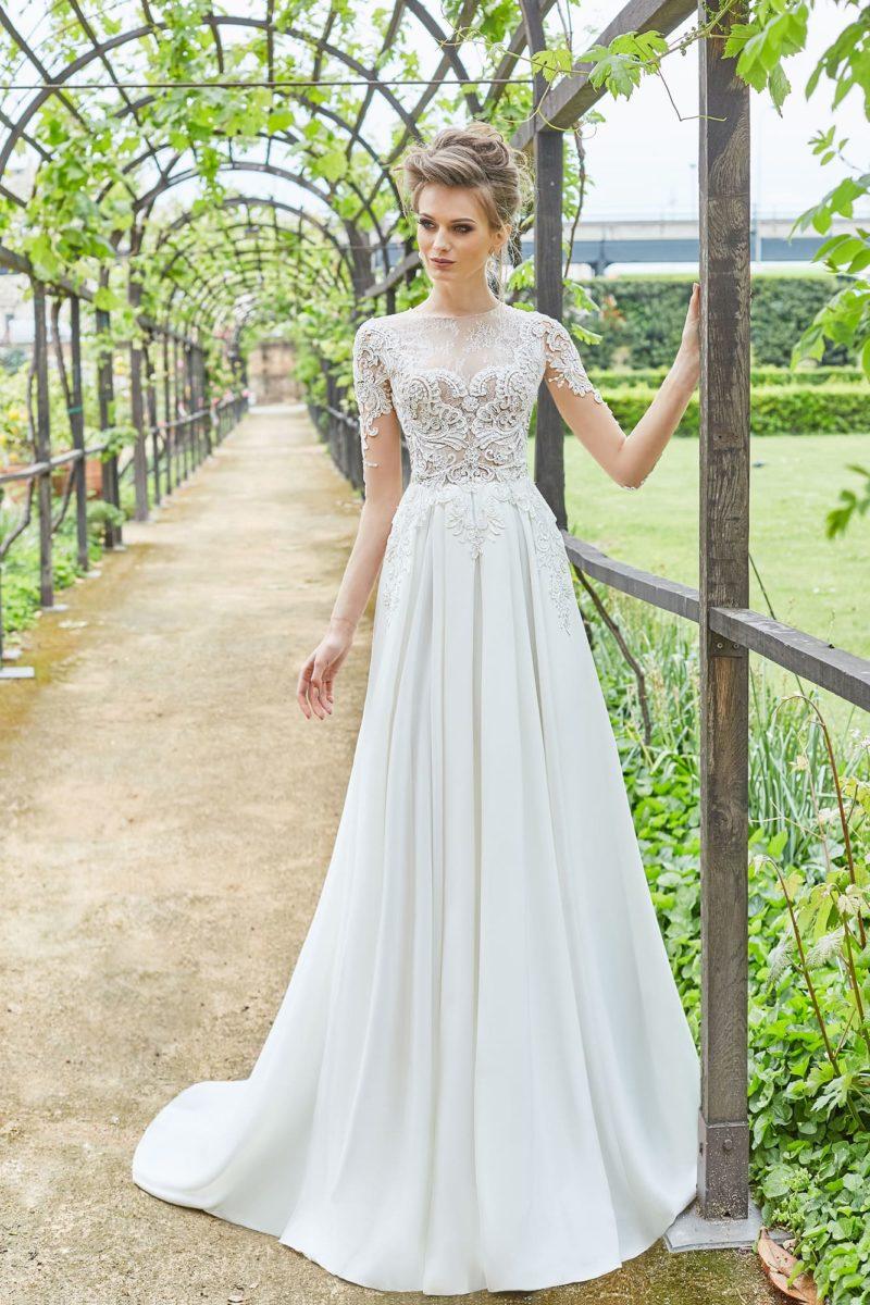 Очаровательное свадебное платье с небольшим шлейфом и коротким рукавом.