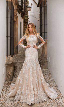 Свадебное платье цвета слоновой кости со съемной пышной юбкой.