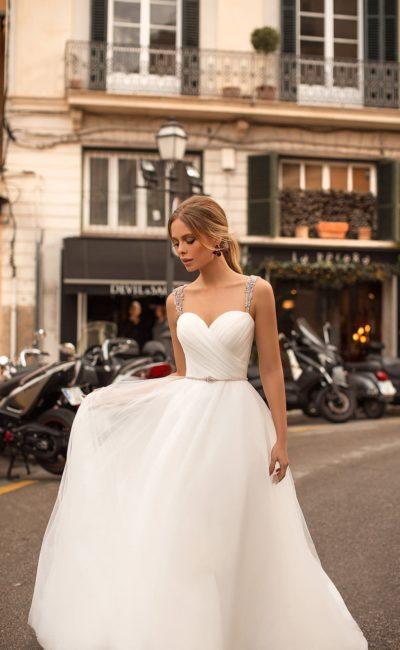 Свадебное платье с деликатным силуэтом и открытым верхом на бретелях.