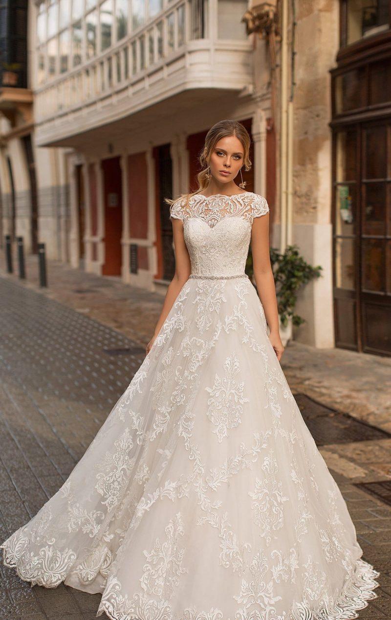 Женственное кружевное свадебное платье с бисерным поясом.