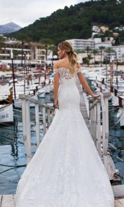 Свадебное платье «русалка» с портретным декольте и широкими бретелями.