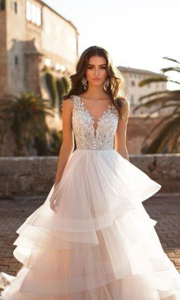 Свадебное платье с многоярусной юбкой и кружевным лифом.