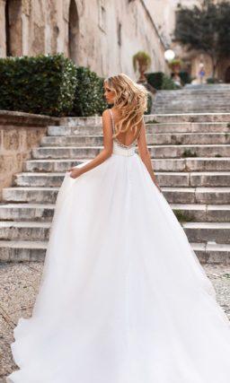 Свадебное платье с драпировками по верху и бисерными бретелями.