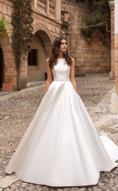 Атласное закрытое платье