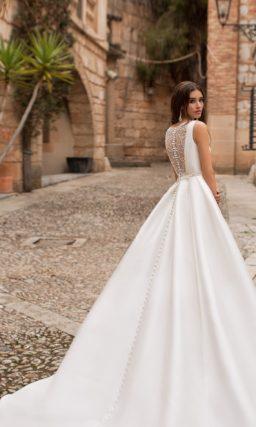 свадебное платье из атласа с кружевной спинкой.