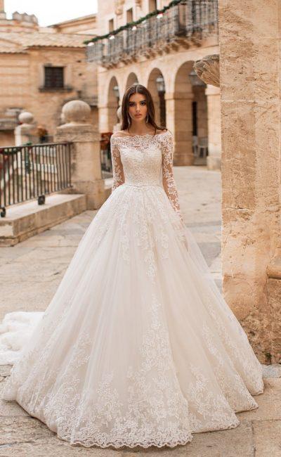 Невероятно пышное свадебное платье с портретным вырезом и длинным рукавом.