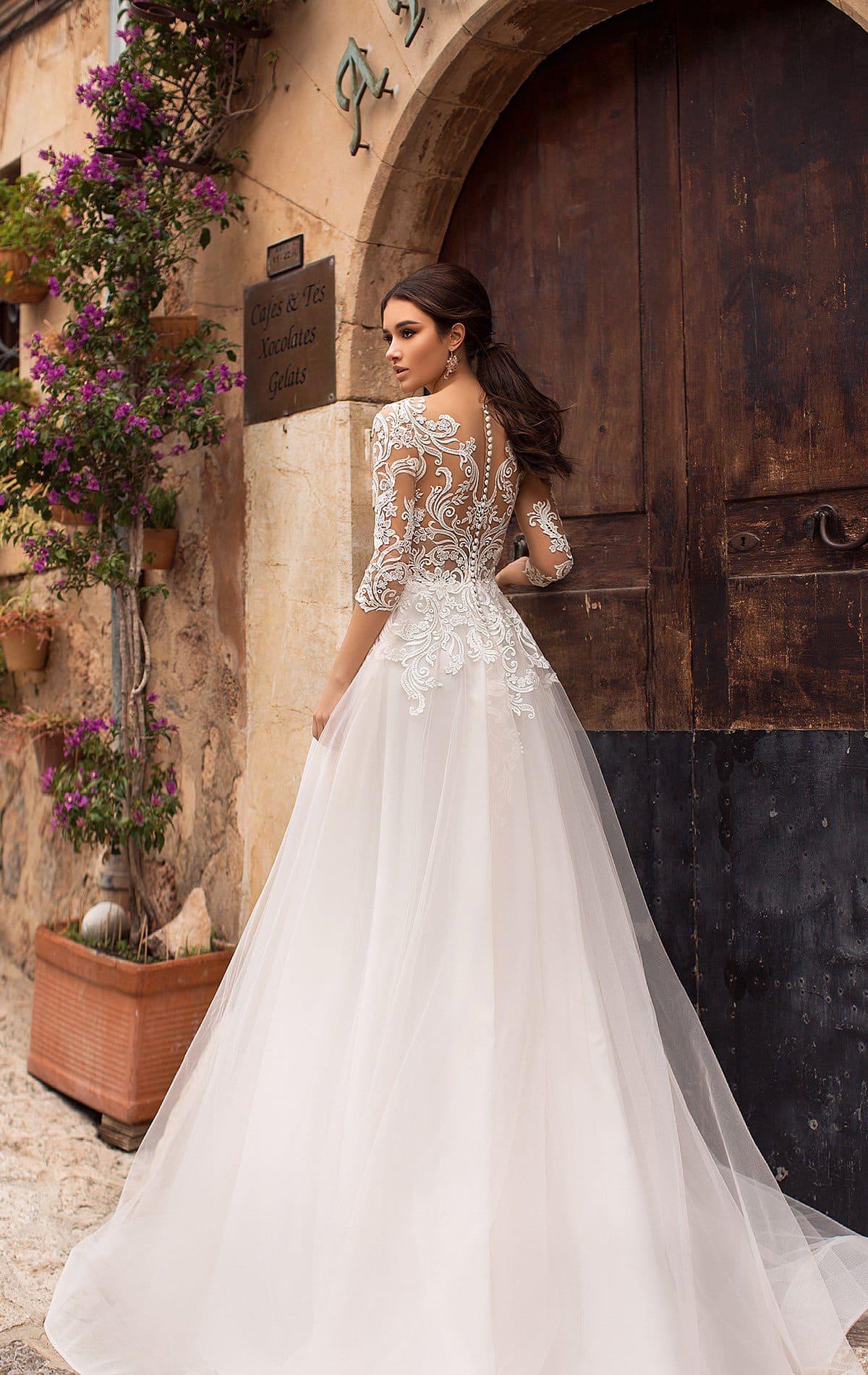 48a4832d453 Свадебное платье с многослойной юбкой и лифом с иллюзией прозрачности.