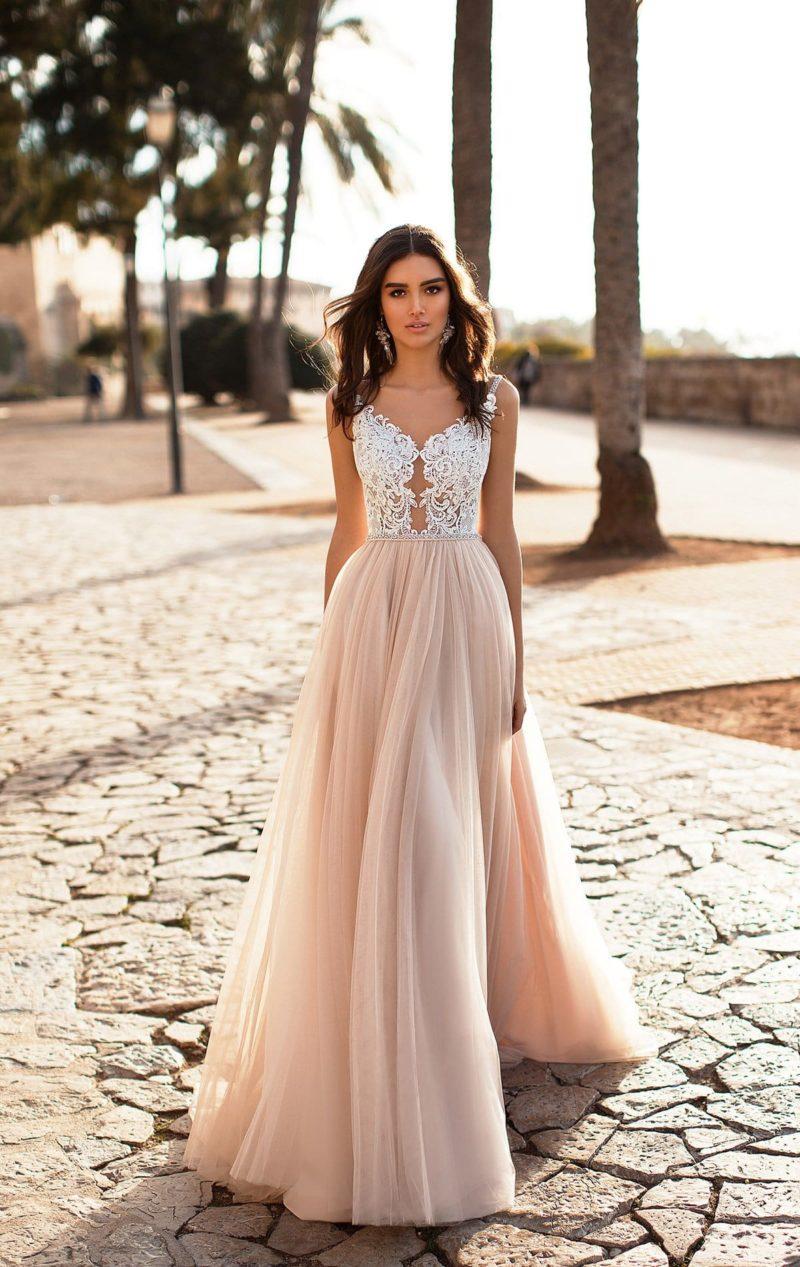 Свадебное платье с белым кружевным лифом и юбкой персикового цвета.