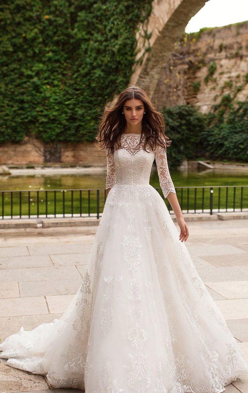 Торжественное свадебное платье с рукавом три четверти и аппликациями.