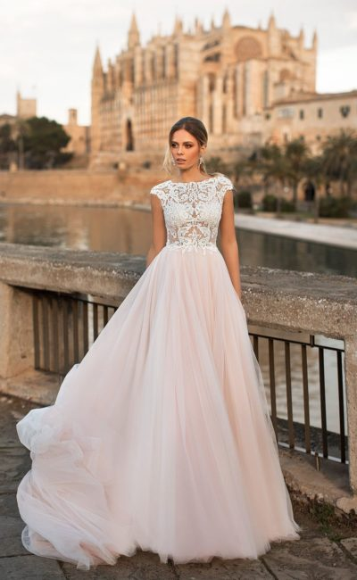 Нежное свадебное платье с коротким рукавом и юбкой персикового цвета.