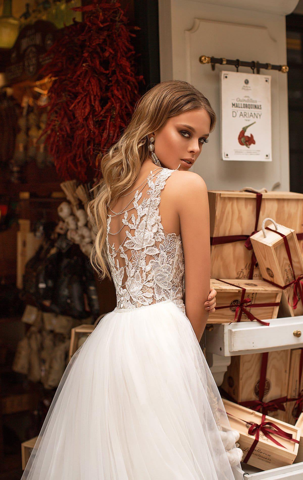 Свадебное платье прямого кроя с эффектным пышным шлейфом.