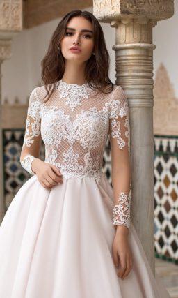Пышное свадебное платье с верхом из сетчатой ткани.
