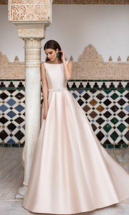 Розовое свадебное платье из атласа, с пышным силуэтом.