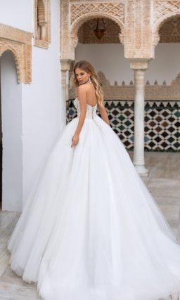 Пышное свадебное платье с полупрозрачным кружевным корсетом.