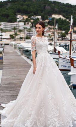 Свадебное платье с рукавом до локтя и многослойным низом.