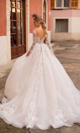 Невероятно торжественное свадебное платье с длинным полупрозрачным рукавом.