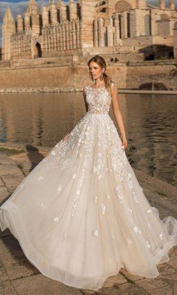 Пышное свадебное платье цвета слоновой кости с белыми аппликациями.