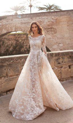 Чарующее свадебное платье с длинным рукавом и кружевным декором.
