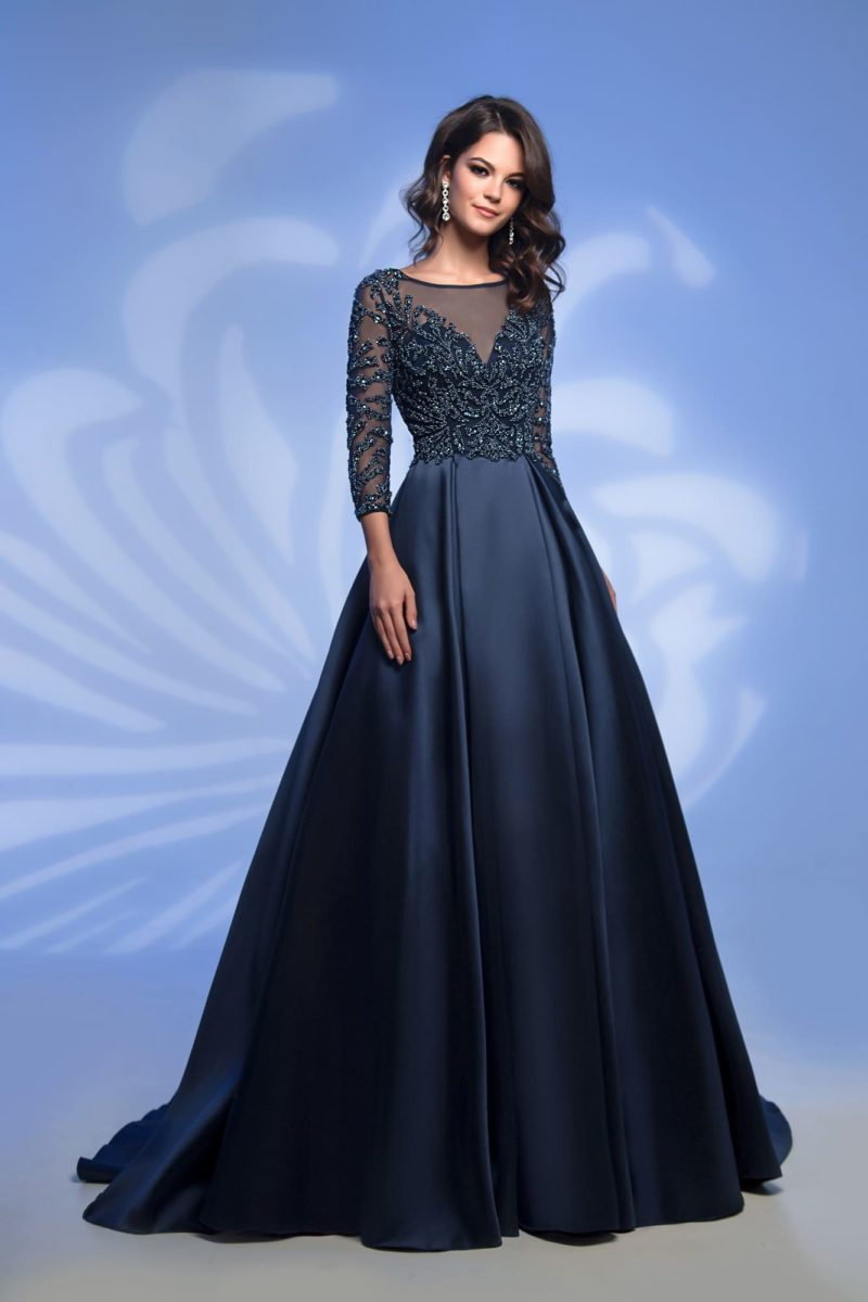 Вечернее платье темно-синего цвета с сияющим декором.