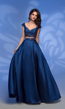 Вечернее платье синего цвета со стильным укороченным топом.