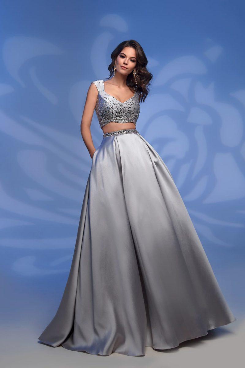 Вечернее платье серебристого цвета с роскошной юбкой в пол.