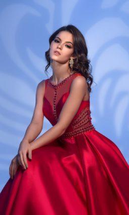 Алое вечернее платье из атласа, украшенное стразами.