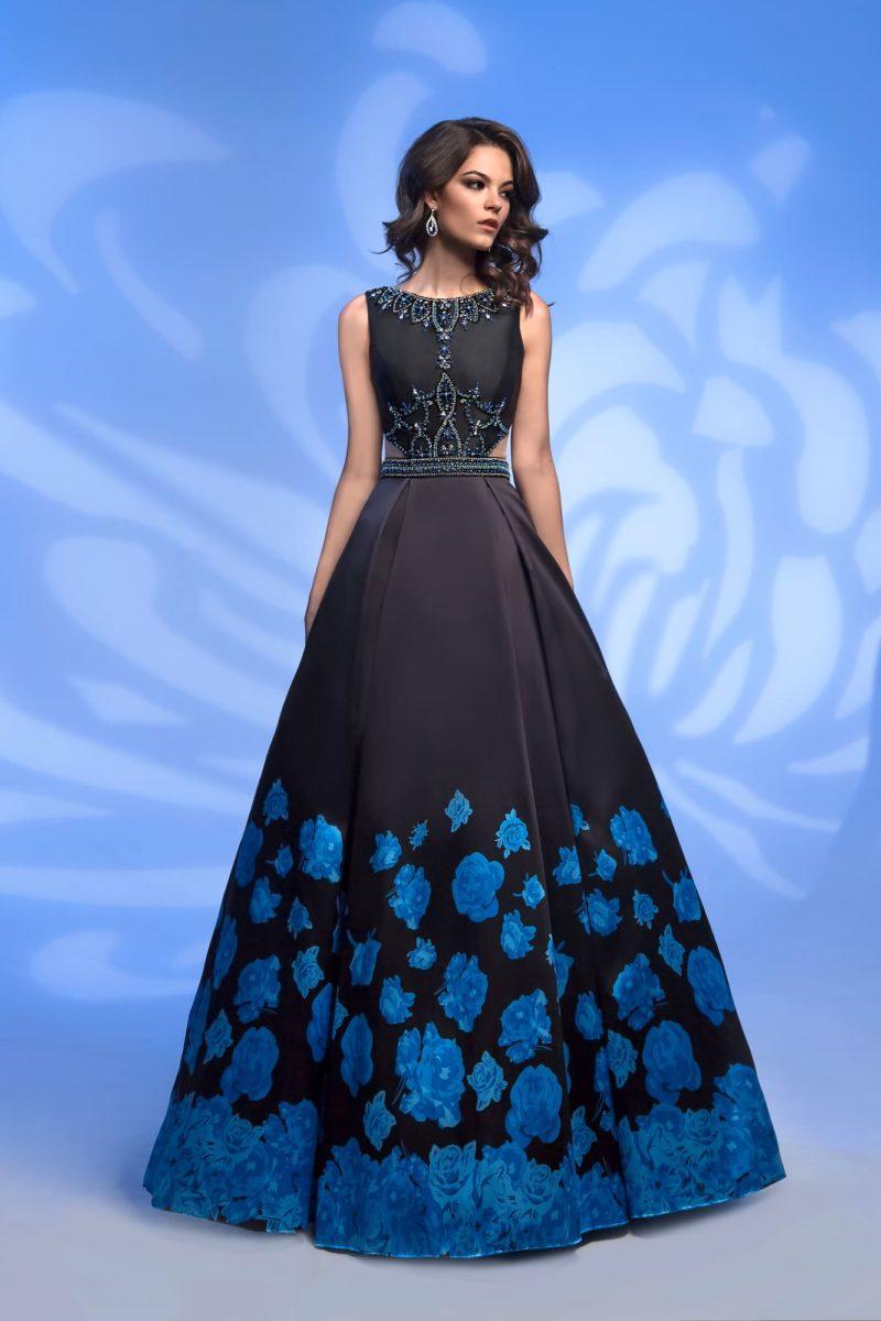 Черно-синее вечернее платье с цветочным рисунком и стразами.