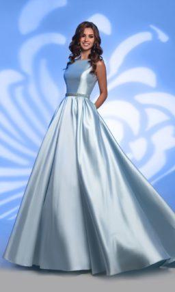 Атласное вечернее платье голубого цвета с вышивкой на талии.