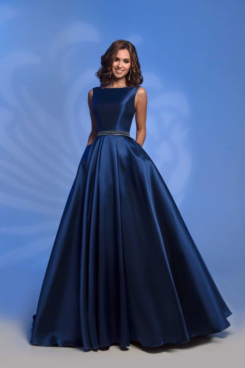 Вечернее платье синего цвета с открытой спинкой и юбкой в пол.