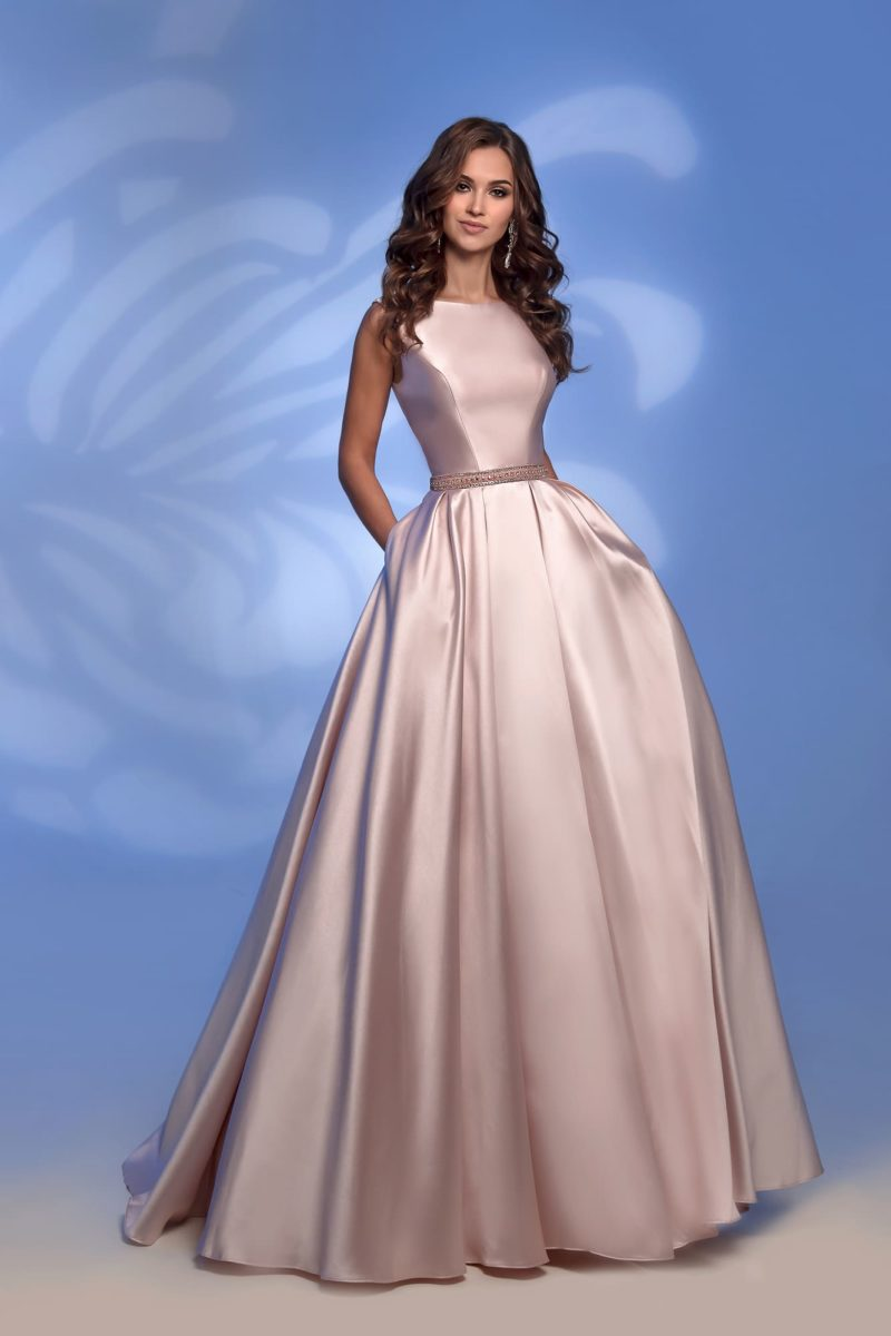 Розовое вечернее платье с вырезом сзади и юбкой в пол.
