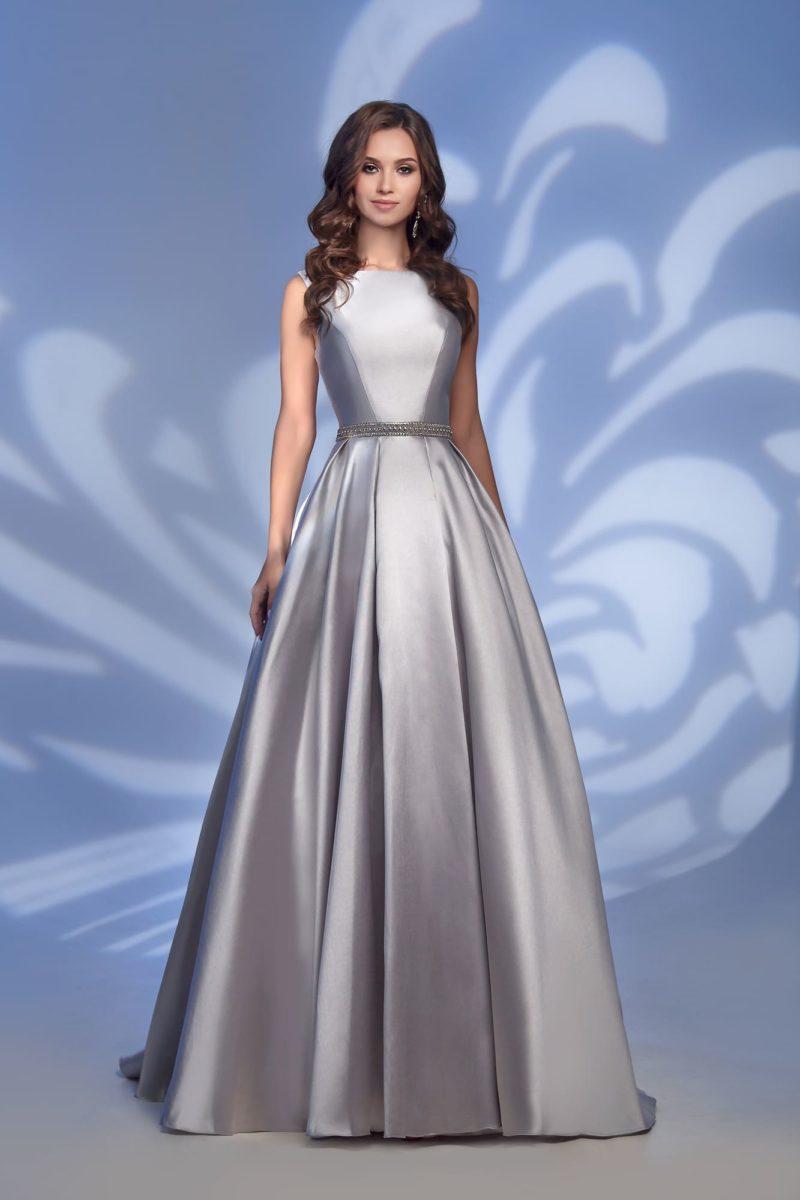 Вечернее платье из серебристого атласа, с открытой спинкой.