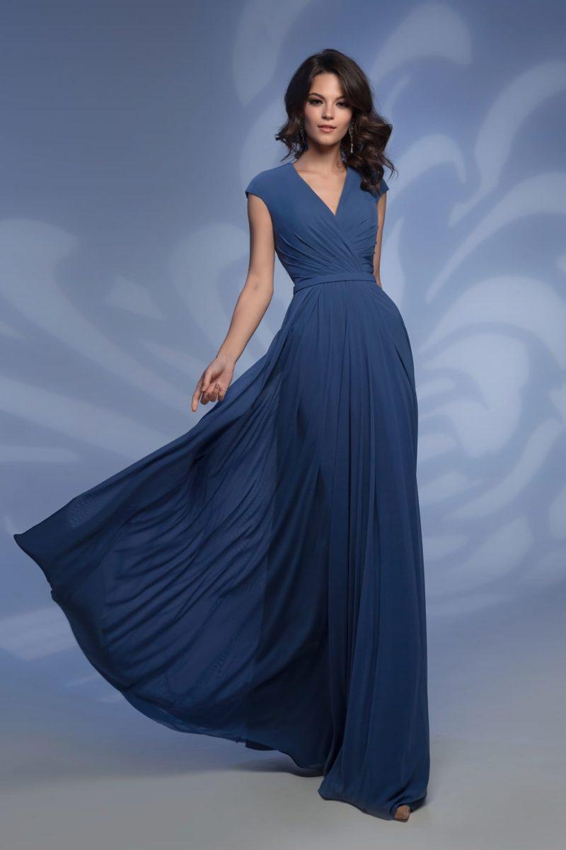 Вечернее платье прямого силуэта с V-образным декольте.