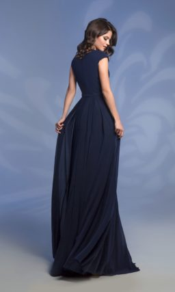Темно-синее вечернее платье с прямой юбкой и изящным вырезом.