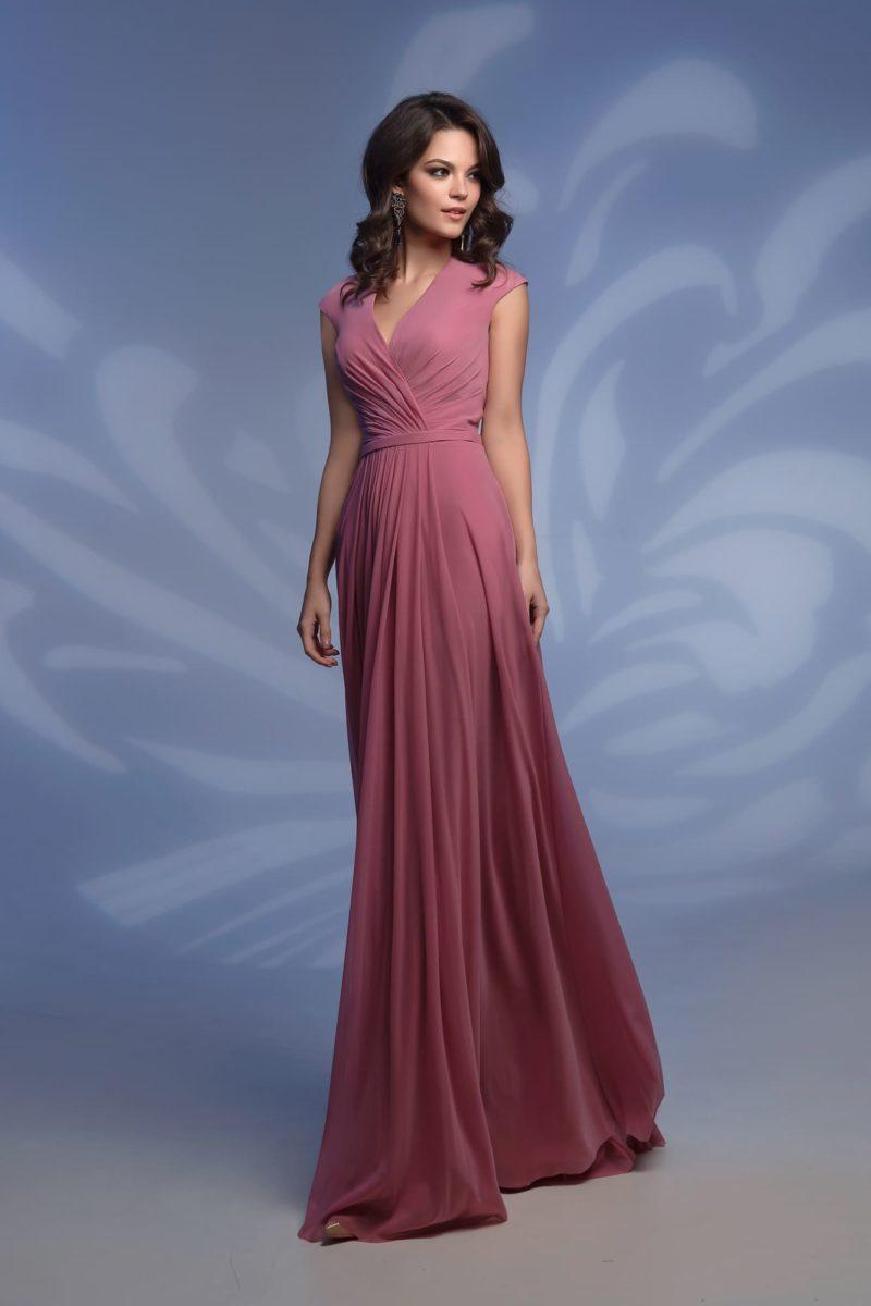 Вечернее платье розового цвета с прямой юбкой до пола.