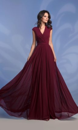 Вечернее платье винного цвета с прямой юбкой до пола.