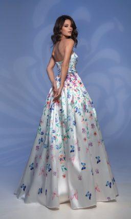 Атласное вечернее платье с юбкой в пол и лифом прямого кроя.