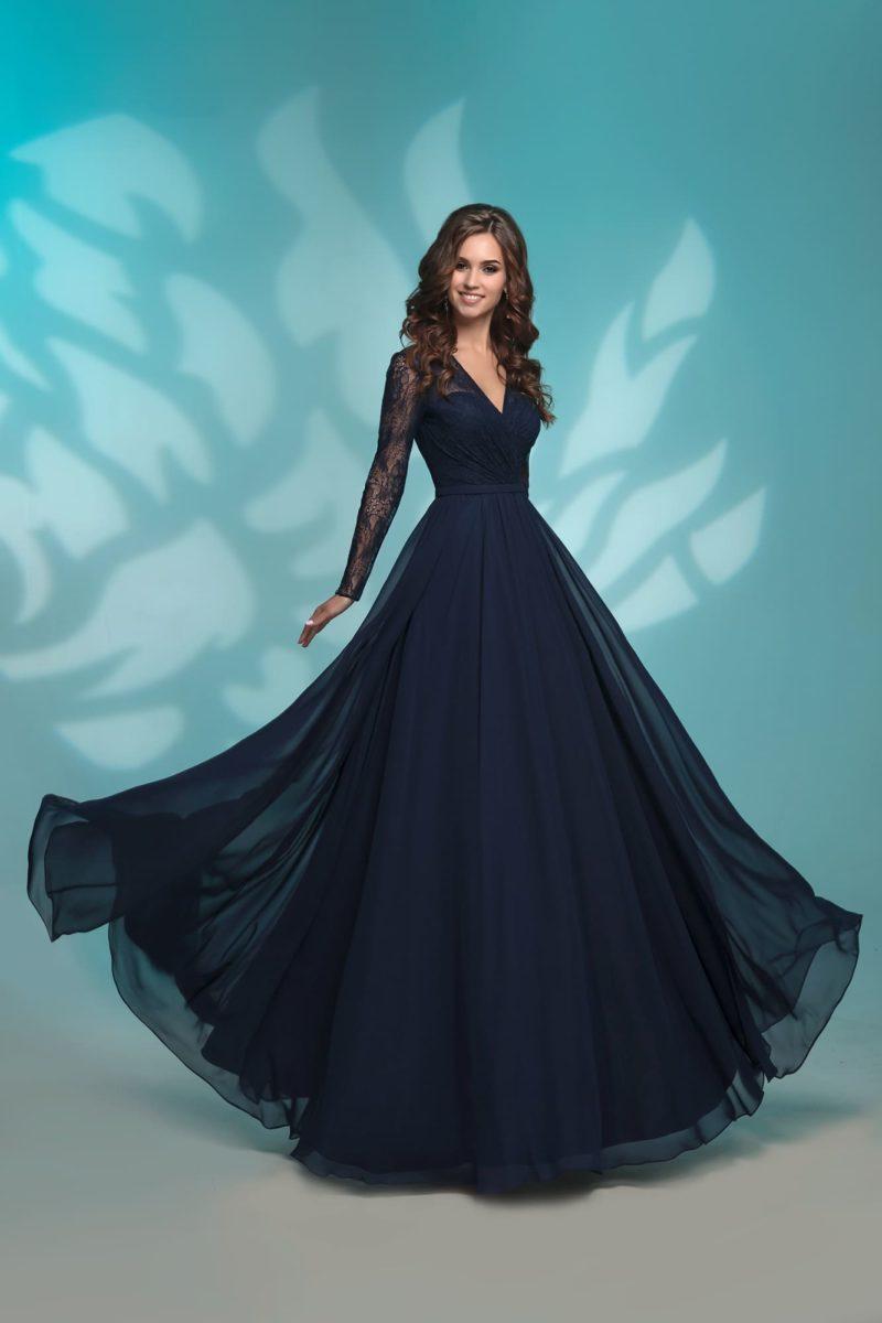 Темно-синее вечернее платье прямого кроя с рукавом.