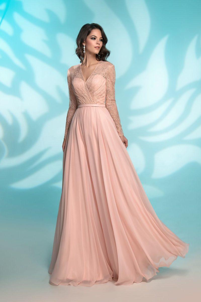 Прямое вечернее платье розового цвета с длинным рукавом.
