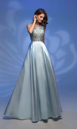 Роскошное вечернее платье голубого цвета с открытой спиной.
