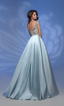 Красивое голубое платье в пол