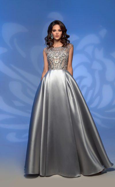 Вечернее платье из серебристого атласа, с вышивкой по лифу.